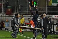 SÃO PAULO, SP, 23 DE JUNHO DE 2012 - CAMPEONATO BRASILEIRO - PORTUGUESA x SÃO PAULO: Léo Silva é sai machucado durante partida Portuguesa x São Paulo, válida pela 6ª rodada do Campeonato Brasileiro de 2012 no Estádio do Canindé. FOTO: LEVI BIANCO - BRAZIL PHOTO PRESS