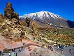 Spanien, Kanarische Inseln, Teneriffa, Teide Nationalpark: Los Roques und der schneebedeckte Pico del Teide (3.718 m) | Spain, Canary Islands, Tenerife, Teide National Park: Los Roques and snow covered Pico del Teide (3.718 m)