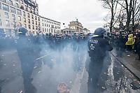 """Sogenannten """"Querdenker"""" sowie verschiedene rechte und rechtsextreme Gruppen hatten fuer den 18. November 2020 zu einer Blockade des Bundestag aufgerufen. Sie wollten damit verhindern, dass es """"eine Abstimmung ueber das Infektionsschutzgesetz"""" gibt - unabhaengig ob es diese Abstimmung tatsaechlich gibt.<br /> Bereits in den Morgenstunden versammelten sich ca. 2.000 Menschen, wurden durch Polizeiabsperrungen jedoch gehindert zum Reichstagsgebaeude zu kommen. Sie versammelten sich daraufhin u.a. vor dem Brandenburger Tor.<br /> Im Bild: Ein sog. Polenboeller ist zwischen Polizeibeamten explodiert.<br /> 18.11.2020, Berlin<br /> Copyright: Christian-Ditsch.de"""