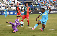 MONTERIA - COLOMBIA, 10-04-2018: Pablo Rojas  (Der.) jugador de Jaguares de Córdoba  de Colombia disputa el balón contra Gonzalo Falcon (Izq.) guardameta de  el Boston River de Uruguay   en partido por la Copa Conmebol  Sudamericana llave 16 , jugado en el estadio Municipal  Jaraguay de Monteria. / Pablo Rojas (R) player of Jaguares of Cordoba  of Colombia fights the ball agaisnt Gonzalo Falcon (L) goalkeeper of Boston River of Uruguay  in match for Conmebol Sudamericana Cup , key 16,played in the  Municipal de Monteria Stadium. Photo: VizzorImage / Andrés Felipe López Vargas / Contribuidor