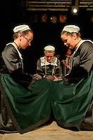 Cercle Celtique de Rostrenen.<br /> Danseuses en costume folklorique a genoux
