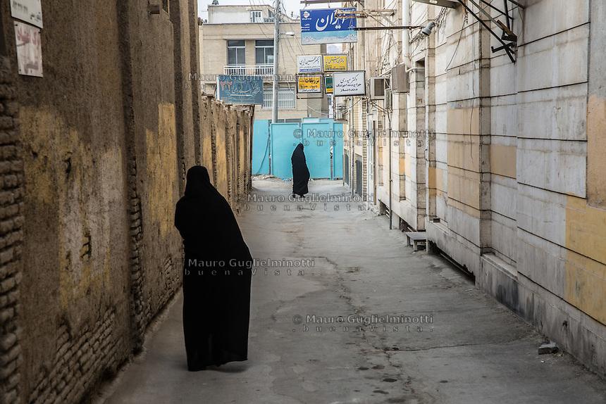 due donne in chador per le vie di Kachan<br /> two women in chador