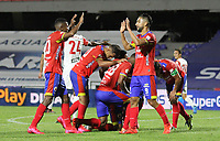 PASTO - COLOMBIA, 01-11-2020: Jhon Pajoy del Pasto celebra con sus compañeros después de anotar el primer gol de su equipo partido por la fecha 17 como parte de la Liga BetPlay DIMAYOR 2020 entre Deportivo Pasto e Independiente Santa Fe jugado en el estadio Departamental La Libertad de Pasto. / Jhon Pajoy of Pasto celebrates with his teammates after scoring the first goal of his team during match for the date17 as part of BetPlay DIMAYOR League 2020 between Deportivo Pasto and Independiente Santa Fe played at Departamental La Libertad stadium in Pasto.  Photo: VizzorImage / Leonardo Castro / Cont