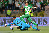 MEDELLÍN- COLOMBIA, 8-04-2018: Dayro Moreno (Der.) jugador del Atlético Nacional  disputa el balón con David Gonzalez (Izq.) jugador del Deportivo Independiente Medellín durante partido por la fecha 13 de la Liga Águila I 2018 jugado en el estadio Atanasio Girardot de la ciudad de Medellín. / Dayro Moreno (R) player of Atletico Nacional fights for the ball with David Gonzalez (L) player of Deportivo Independiente Medellin  during the match for the date 13 of the Liga Aguila I 2018 played at the Atanasio Girardot Stadium in Medellin city. Photo: VizzorImage / León Monsalve / Contribuidor