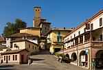 Italien, Piemont, Langhe: Weinort Serralunga | Italy, Piedmont, Langhe: Serralunga