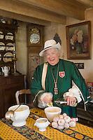 Europe/France/Midi-Pyrénées/81/Tarn/ Lautrec: Monique Lecourieu  prépare la soupe à l'ail rose de Lautrec à la Maison  d'hôtes Caladen