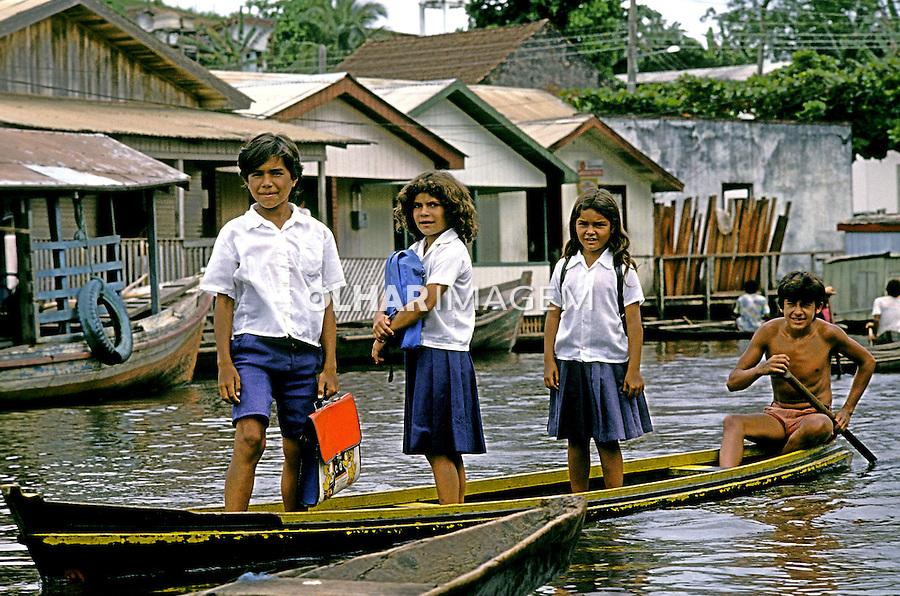 Crianças a caminho da escola em Cruzeiro do Sul. Acre. 1989. Foto de Cynthia Brito.