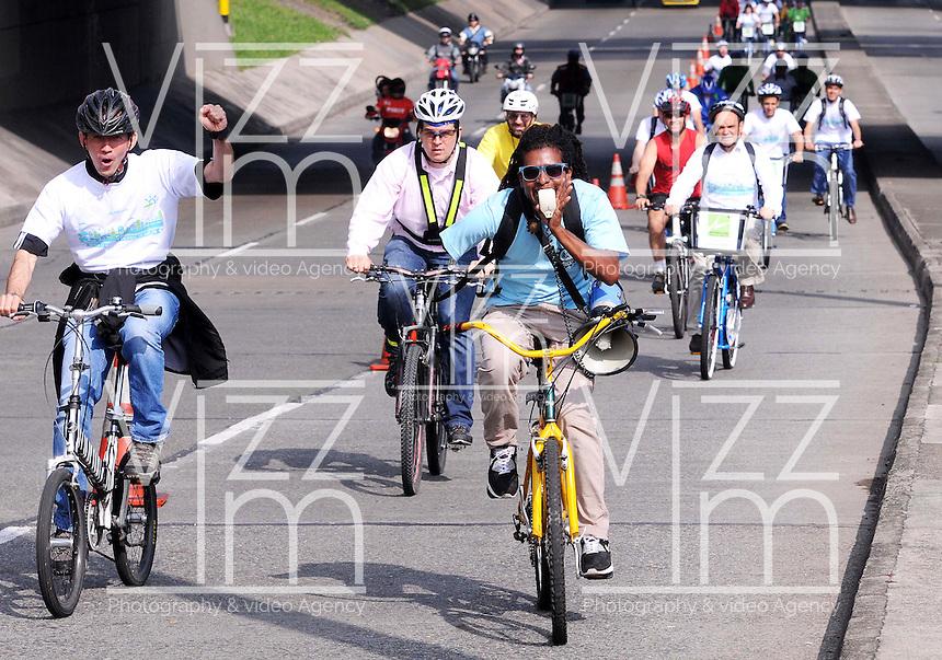 MEDELLIN - COLOMBIA - 22- 04- 2013: Ciudadanos viajan en bicicleta  a lo largo de una avenida vacía durante el Día sin Carro, en la ciudad de Medellín, departamento de Antioquia, Colombia, abril 22 de 2013. En Medellin y toda el área metropolitana se realiza hoy una jornada mas del Dia sin Carro, La medida rige entre las 7:00 a.m. y las 6:00 p.m. y prohibe la circulación de vehículos particulares con menos de tres pasajeros, esta medida no rige para vehículos de emergencia, de las Fuerzas Armadas y policiales, el transporte escolar y los autos que funcionen con gas o con energía. (Foto: VizzorImage / Luis Rios / Str.) Citizens ride bicycles along an empty street during a Day without Car, in Medellin, Antioquia department, Colombia, April 22, 2013. In Medellin and the metropolitan area is made today a Day without Car, The measure applies between 7:00 am and 6:00 pm and prohibits the circulation of private cars with fewer than three passengers, this measure does not apply for emergency vehicles, the armed forces and police, school buses and cars that run on gas or energy. (Photo: VizzorImage / Luis Rios / Str)..