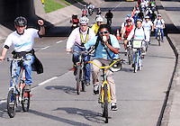 MEDELLIN - COLOMBIA - 22- 04- 2013: Ciudadanos viajan en bicicleta  a lo largo de una avenida vacía durante el Día sin Carro, en la ciudad de Medellín, departamento de Antioquia, Colombia, abril 22 de 2013. En Medellin y toda el área metropolitana se realiza hoy una jornada mas del Dia sin Carro, La medida rige entre las 7:00 a.m. y las 6:00 p.m. y prohibe la circulación de vehículos particulares con menos de tres pasajeros, esta medida no rige para vehículos de emergencia, de las Fuerzas Armadas y policiales, el transporte escolar y los autos que funcionen con gas o con energía. (Foto: VizzorImage / Luis Rios / Str.) Citizens ride bicycles along an empty street during a Day without Car, in Medellin, Antioquia department, Colombia, April 22, 2013. In Medellin and the metropolitan area is made today a Day without Car, The measure applies between 7:00 am and 6:00 pm and prohibits the circulation of private cars with fewer than three passengers, this measure does not apply for emergency vehicles, the armed forces and police, school buses and cars that run on gas or energy. (Photo: VizzorImage / Luis Rios / Str)..
