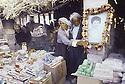 Irak 1991   Dans le souk de Kala Diza en ruines, un commercant avec le portrait d'un membre de sa famille tué dans sa boutique    Iraq 1991  A merchant showing the picture of a relative killed by the Iraqis in his shop