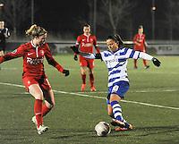 AA GENT LADIES - FC TWENTE :<br /> Kay Cuvelier (R) probeert voorbij Marlous Pieete (L) te geraken<br /> foto Dirk Vuylsteke / Nikonpro.be