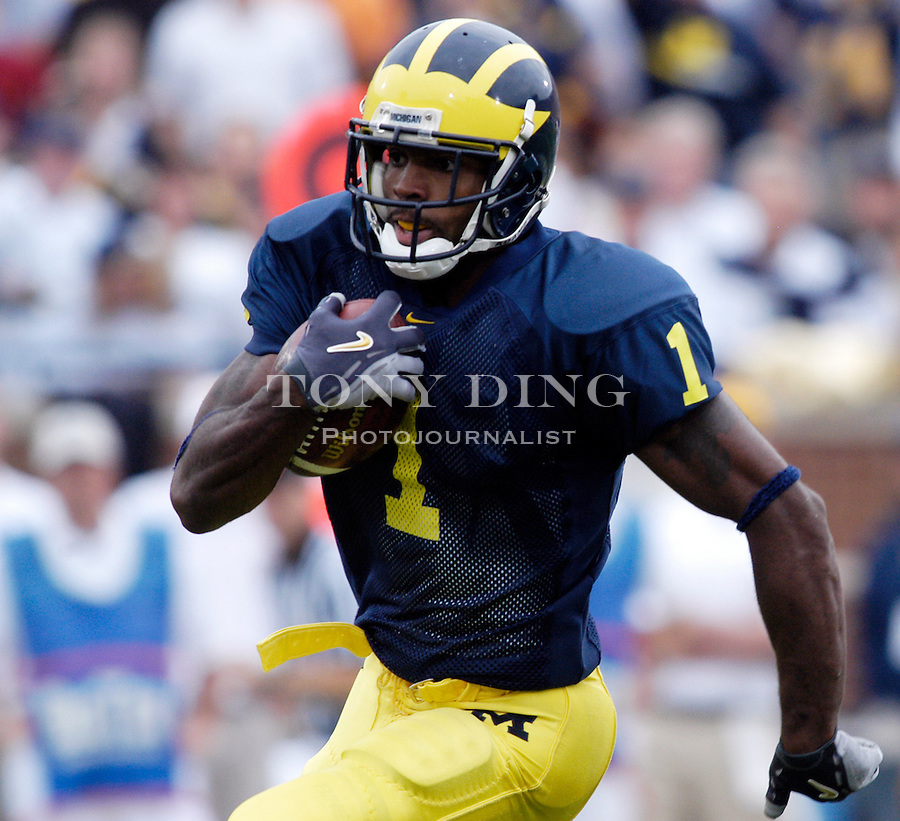 Michigan senior wide receiver Braylon Edwards (1) rushes towards the endzone after catching a pass during the Wolverines 30-17 victory over Iowa on Saturday, September 25, 2004 in Ann Arbor, Mich. (Photo by TONY DING / Daily)