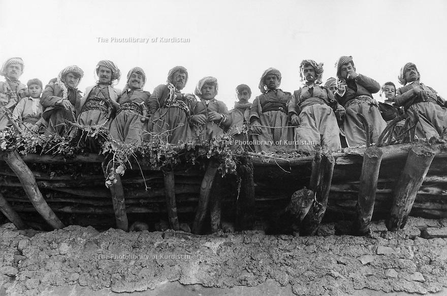 Iraq 1974 <br /> The resumption of hostilities, peshmergas with children on the roof of a house  <br /> Irak 1974 <br /> La reprise de la lutte armée, peshmergas avec des enfants sur le toit d'une maison dans un village