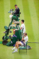 22-6-09, England, London, Wimbledon, Djokovic and Benneteau during changeover