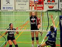 Tievolley Tielt - Vlamvo Vlamertinge : Griet Liefhooghe plaatst de bal over Julie Libeert (midden).foto VDB / BART VANDENBROUCKE