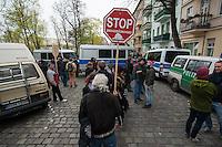 Zwangsraeumung in Berlin.<br />Am Freitag den 4. April lies ein Hausbesitzer in Berlin-Neukoelln einen Mieter durch Gerichtsvollzieherin und eine Hundertschaft der Polizie aus seiner Wohnung in der Wissmannstrasse zwangsraeumen.<br />Der Mieter konnte wegen verspaeteter Zahlungen des Jobcenters die Miete nicht rechtzeitig ueberweisen, das reichte dem Vermieter fuer eine Raeumungsklage.<br />Aus Protest gegen die Zwangsraeumung versammelten sich am Morgen des 4.4.2014 ca. 200 Menschen vor dem Haus um ihre Solidaritaet mit dem Betroffenen zu zeigen. Einige von ihnen setzten sich auf die Strasse und versuchten die Anfahrt der Gerichtsvollzieherin zu verhindern. Dies war zwecklos, da die Polizei die Gerichtsvollzieherin auf einem anderen Weg in das Haus brachte.<br />Im Anschluss an die erfolgreiche Zwangsraeumung gab es eine Spontandemonstration, bei der die Polizei mehrere Personen festnahm.<br />Im Bild: Eine Bewohnerin des Hauses zeigt ihre Solidaritaet mit dem zwangsgeraeumten Mieter.<br />4.4.2014, Berlin<br />Copyright: Christian-Ditsch.de<br />[Inhaltsveraendernde Manipulation des Fotos nur nach ausdruecklicher Genehmigung des Fotografen. Vereinbarungen ueber Abtretung von Persoenlichkeitsrechten/Model Release der abgebildeten Person/Personen liegen nicht vor. NO MODEL RELEASE! Don't publish without copyright Christian-Ditsch.de, Veroeffentlichung nur mit Fotografennennung, sowie gegen Honorar, MwSt. und Beleg. Konto: I N G - D i B a, IBAN DE58500105175400192269, BIC INGDDEFFXXX, Kontakt: post@christian-ditsch.de]