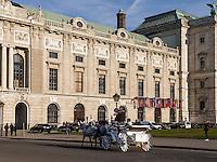 Fiaker auf dem Heldenplatzvor der alten Hofburg, Wien, Österreich, UNESCO-Weltkulturerbe<br /> carriage at Heldenplatz in front of old Hofburg, Vienna, Austria, world heritage
