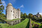 United Kingdom, England, Somerset, Nunney, near Frome: Ruins of Nunney Castle and All Saint's Church | Grossbritannien, England, Somerset, Nunney bei Frome: Burgruine des Nunney Castle, rechts die All Saint's Church