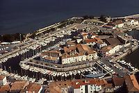 Europe/France/Poitou-Charentes/17/Charente-Maritime/Ile de Ré/Saint-Martin-de-Ré : Le port - Vue aérienne