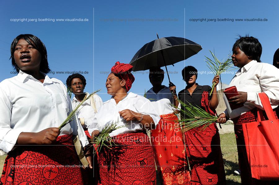 ZAMBIA Barotseland, Mongu, women attend mass at catholic church /  SAMBIA Barotseland Mongu, Frauen singen vor einem Gottesdienst der katholischen Kirche