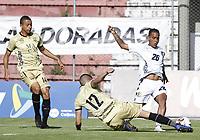 RIONEGRO - COLOMBIA, 11-04-2021: Anthony Uribe y Juan David Valencia de Águilas disputan el balón con Nelino Tapia del Chicó durante partido por la fecha 18 entre Águilas Doradas Rionegro y Boyacá Chicó F.C. como parte de la Liga BetPlay DIMAYOR I 2021 jugado en el estadio Alberto Grisales de la ciudad de Rionegro. / Anthony Uribe and Juan David Valencia of Aguilas vie for the ball with Nelino Tapia of Chico during atch for the date 18 between Aguilas Doradas Rionegro and Boyaca Chico F.C. as part BetPlay DIMAYOR League I 2021 played at Alberto Grisales stadium in Rionegro city. Photo: VizzorImage / Juan Agusto Cardona / Cont