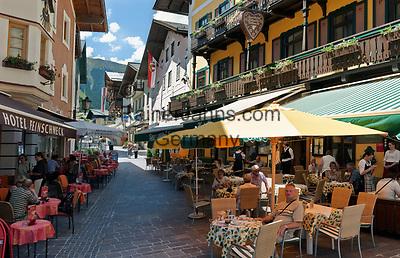 Oesterreich, Salzburger Land, Pinzgau, Zell am See: Altstadt mit Strassencafes und Restaurants | Austria, Salzburger Land, Pinzgau, Zell at Zeller Lake: old town with cafés and restaurants