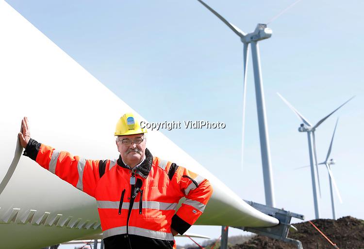 """Foto: VidiPhoto<br /> <br /> HATTEMERBROEK – Na een juridische strijd van bijna 25 jaar kan ondernemer Jan van Werven uit Oldebroek eindelijk zijn windmolens bouwen langs de A50 bij Hattemerbroek. Het zijn door het aanbrengen van 'uilenveren' niet alleen de eerste fluisterstille turbines, maar ze krijgen aan beide zijden ook de 'christelijke' namen: geloof, hoop en liefde. De vierde turbine 'heet' """"vrede"""". De windturbines zijn 150 meter hoog (wieken) en leveren 3,6 megawatt stroom per stuk, goed voor in totaal 11.000 huishoudens."""