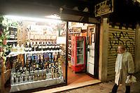 Vino in vetrina a La Cantina, Venezia.<br /> Wine for sale at the shop La Cantina in Venice.<br /> UPDATE IMAGES PRESS/Riccardo De Luca