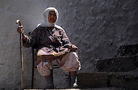 Europe/Turquie/Env d'Altinyata : Vieille femme assise devant sa porte
