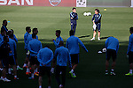 Atletico's coach Diego Simeone gathers his players during a training session the day before quarterfinal first leg Champions League soccer match against Real Madrid at Vicente Calderon stadium in Madrid, Spain. April 13, 2015. (ALTERPHOTOS/Victor Blanco)
