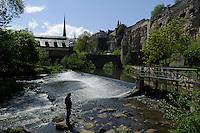Kirche St. Jean Baptiste (Johannes) und Brücke Stierchen über die Alzette in Grund, Stadt Luxemburg, Luxemburg
