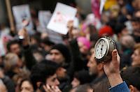 Manifestazione a sostegno della legge sulle unioni civili in discussione nei prossimi giorni al Senato, a Roma, 23 gennaio 2016.<br /> A protesters holds an alarm clock during demonstration in favor of civil unions rights, including gay couples, ahead of a parliamentary debate, in Rome, 23 January 2016.<br /> UPDATE IMAGES PRESS/Riccardo De Luca