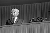 - Praga, Repubblica Ceca (allora Cecoslovacchia), parata per il 1° maggio 1988, festa dei lavoro; il presidente Gustav Husak <br /> <br /> - Prague, Czech Republic (then Czechoslovakia), parade on 1 May 1988, the labor feast; the President Gustav Husak