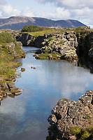 Silfra-Spalte ist eine spaltenförmige, kilometerlange Verwerfung im isländischen Þingvellir-Nationalpark, die in den Þingvallavatn mündet. Entstanden ist die Spalte durch das Auseinanderdriften der Nordamerikanischen und der Eurasischen Platte. Nationalpark Þingvellir, Þingvellir, Pingvellir, Thingvellir, Þingvellir-Nationalpark, Pingvellir-Nationalpark, Grabenbruchzone im Grenzbereich zweier tektonischer Platten. Þingvellir National Park, Iceland