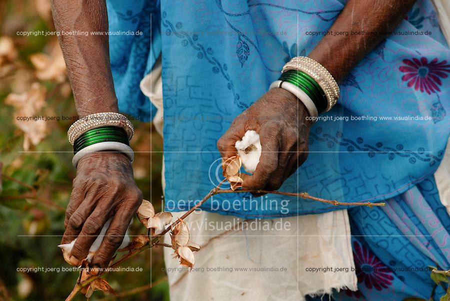INDIA Madhya Pradesh , organic cotton project bioRe in Kasrawad  , woman harvest cotton by hand | INDIEN Madhya Pradesh , Frauen ernten Biobaumwolle durch Handpflueckung , Projekt fuer biodynamischen Anbau von Biobaumwolle in Kasrawad