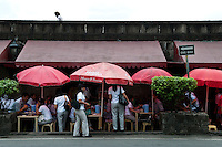 Philippines, Manila, 5 march, 2008..Students having lunch in Intramuros the oldest district of the city of Manila...Studenten lunchen in Intramuros, het oudste district van Manila, de hoofdstad van de Filippijnen...Photo Kees Metselaar