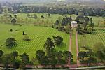 Foto: VidiPhoto<br /> <br /> COLLEVILLE SUR MER – Bezoekers van de beroemde Amerikaanse militaire begraafplaats Normandy American Cemetery & Memorial mogen zich tot 6 juni niet meer tussen de graven begeven. Het terrein is afgezet met linten en tientallen bewakers zorgen voor handhaving van het verbod. Reden is het bezoek van de honderden staatshoofden en regeringsleiders bij de herdenkingen van en rond 6 juni, onder wie Amerikaanse president Donald Trump. De grasmat moet er dan perfect bij liggen. Op het ereveld liggen bijna 9400 US-militairen begraven die tijdens en na de invasie van Frankrijk op 6 juni 1944 gesneuveld zijn. Dit jaar is dat 75 jaar geleden. Er worden op de begraafplaats dit jaar zo'n 1,5 miljoen bezoekers verwacht. Ook het herinneringscentrum is tot 6 juni gesloten.