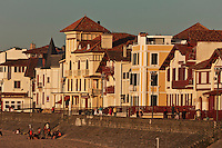 Europe/France/Aquitaine/64/Pyrénées-Atlantiques/Pays-Basque/Saint-Jean-de-Luz: Les villas du Front de mer  sur la digue, dans la lumière du soir