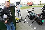 Foto: VidiPhoto<br /> <br /> ANDELST – Giles Melsom van Zero-dealer UwVoertuig uit Andelst met een van de snelste electrische modellen, een Zero SR/F. Het fluisterstille supersnelle voertuig zit met 2 seconden aan de 100 km/u. De actieradius met alleen snelwegkilometers is nog wat beperkt (rond de 100 km.), maar in de stad en/of binnenwegen is dat bereik ruim twee keer verder. Electrische motoren zijn bezig met een enorm opmars, vooral als vervoermiddel voor het woon-werkverkeer.