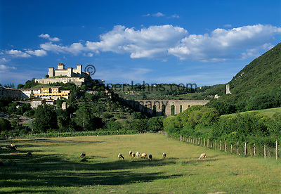 Italy, Umbria, Spoleto: with fortress La Rocca Albornoziana and Ponte delle Torri | Italien, Umbrien, Spoleto: mit der Festung La Rocca Albornoziana und der Ponte delle Torri