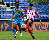 MONTERIA - COLOMBIA, 11-11-2020: Fabian Mosquera de Jaguares de Cordoba F.C., y Sherman Cardenas de Atletico Junior disputan el balón durante partido entre Jaguares F. C. y Atletico Junior de la fecha 19 por la Liga BetPlay DIMAYOR 2020, en el estadio Jaraguay de Monteria de la ciudad de Monteria. / Fabian Mosquera of Jaguares de Cordoba F.C., and Sherman Cardenas of Atletico Junior vie for the ball during a match between Jaguares F. C. and Atletico Junior, of the 19th date for the Betplay DIMAYOR League 2020 at Jaraguay de Monteria Stadium in Monteria city. Photo: VizzorImage / Andres Lopez  / Cont.