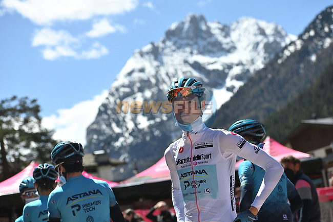 Aleksandr Vlasov (RUS) Astana-Premier Tech wearing the Maglis Bianca at sign on before the start of Stage 17 of the 2021 Giro d'Italia, running 193km from Canazei to Sega Di Ala, Italy. 26th May 2021.  <br /> Picture: LaPresse/Marco Alpozzi | Cyclefile<br /> <br /> All photos usage must carry mandatory copyright credit (© Cyclefile | LaPresse/Marco Alpozzi)
