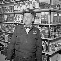 Pompistes et garagiste portant l'uniformes ESSO, 1964 (entre le 6 et 12 Mars 1964)<br /> <br /> PHOTO : : Agence Quebec Presse