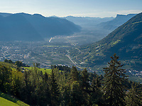 Blick vom Korblift Vellau-Leiter Alm, Algund bei Meran, Region Südtirol-Bozen, Italien, Europa<br /> View from cable car Vellau-Leiter Alm, Lagundo near Merano, Region South Tyrol-Bolzano, Italy, Europe