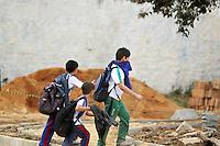 COLOMBO, PR, 05.05.2014 -  INCÊNDIO BARRACÃO / COLOMBO - Crianças tentam se protegem da fumaça produzida pelo incêndio no barracão de reciclagem em Colombo, na Região Metropolitana de Curitiba na manhã desta segunda-feira (05).  Segundo o corpo de bombeiros a fumaça produzida em incêndio é tóxica se inalada em grande quantidade. Dentro do barracão encontra-se armazenado cerca de 80 toneladas de fibra de vidro e espuma de poliuretano. Incêndio começou as 3h da madrugadas desta segunda, bombeiros começaram a fase de rescaldo.(Foto: Paulo Lisboa / Brazil Photo Press)