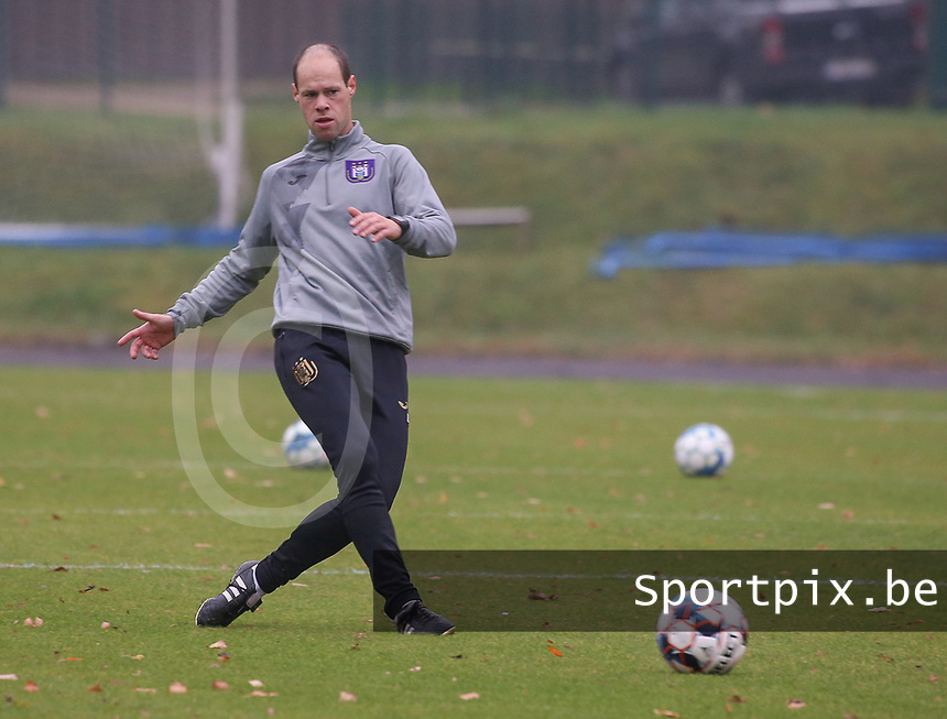 Goalkeeper coach Damien D'Hollander (Anderlecht) gives a pass during the warm up before a female soccer game between FC Femina WS Woluwe and RSC Anderlecht Women on the eight match day of the 2020 - 2021 season of Belgian Women's Super League , Sunday 22nd of November 2020  in Woluwe, Belgium . PHOTO SPORTPIX.BE | SPP | SEVIL OKTEM