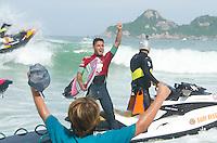 RIO DE JANEIRO, RJ, 17.05.2015 - SURF-RJ - O brasileiro Filipe Toledo é campeão do Oi Rio Pro, etapa brasileira do circuito mundial da Wolrd Surf League (WSL), que acontece na praia da Barra da Tijuca, na zona oeste, neste domingo (17). (Foto: João Mattos / Brazil Photo Press)