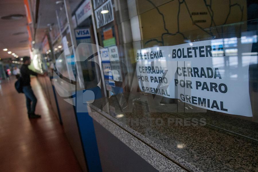 BUENOS AIRES, AREGNTINA, 3 DE MAIO DE 2013 - GREVE - Greve do sindicato de Motoristas de Longa Distância, paralisaram o transporte nacional e internacional rodoviário para chegar ao país. Milhares de passageiros estavam parados nos principais destinos do país. FOTO, JUANI RONCORONI / BRAZIL PHOTO PRESS