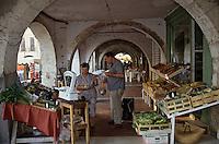 Europe/France/Midi-Pyrénées/32/Gers/Fleurance: Le marché sous les arcades de la bastide