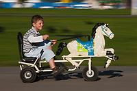Europe/France/Rhône-Alpes/74/Haute-Savoie/Annecy: Le Pâquier et les bords du Lac d'Annecy - Enfants jouant avec des voitures à cheval